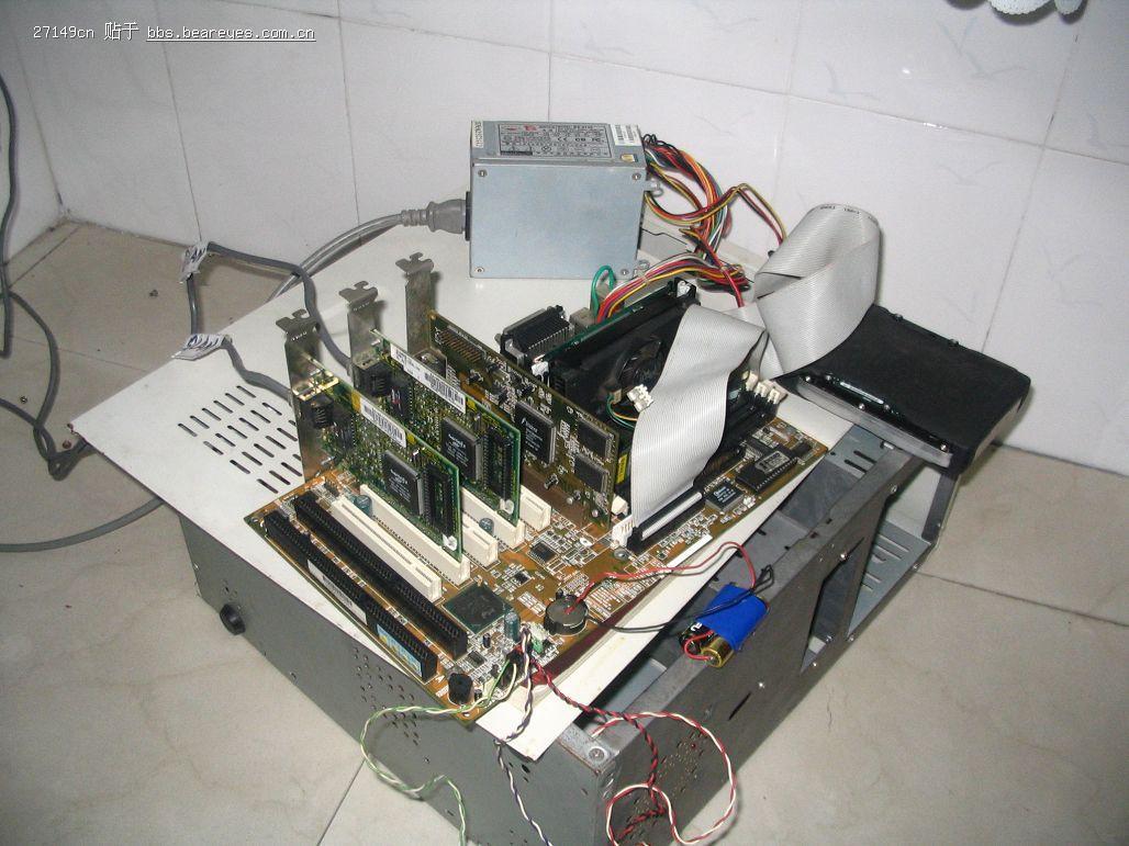 现在关于实现共享宽带上网的方法很多,对于ADSL来说。大都是开启ADSL Modem的路由功能实现宽带共享,对于一些小区宽带来讲,一般是使用一台专门的电脑作服务器或使用宽带路由器,但是单独购买宽带路由器也是一笔不小的开支。现在有很多自制宽带路由器软件,其中比较常见、配置比较简单的是BBIagent,但是这个东西现在已经不是免费的了。 路由软件:Linux Coyote 2.